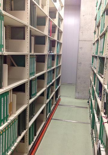 地下にある点字図書の書架